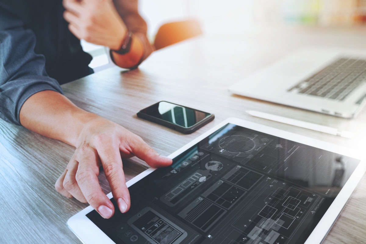 वेबसाइट डिजाइनर वर्किंग डिजिटल टैबलेट और लैपटॉप